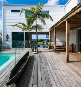 simple-white-palette-natural-textures-contribute-relaxed-beach-house-vibe-caandesign-01