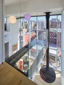 penthouse-large-double-height-space-anchored-corner-expansive-two-story-walls-glass-03-696×928
