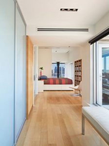 penthouse-large-double-height-space-anchored-corner-expansive-two-story-walls-glass-06-696×933